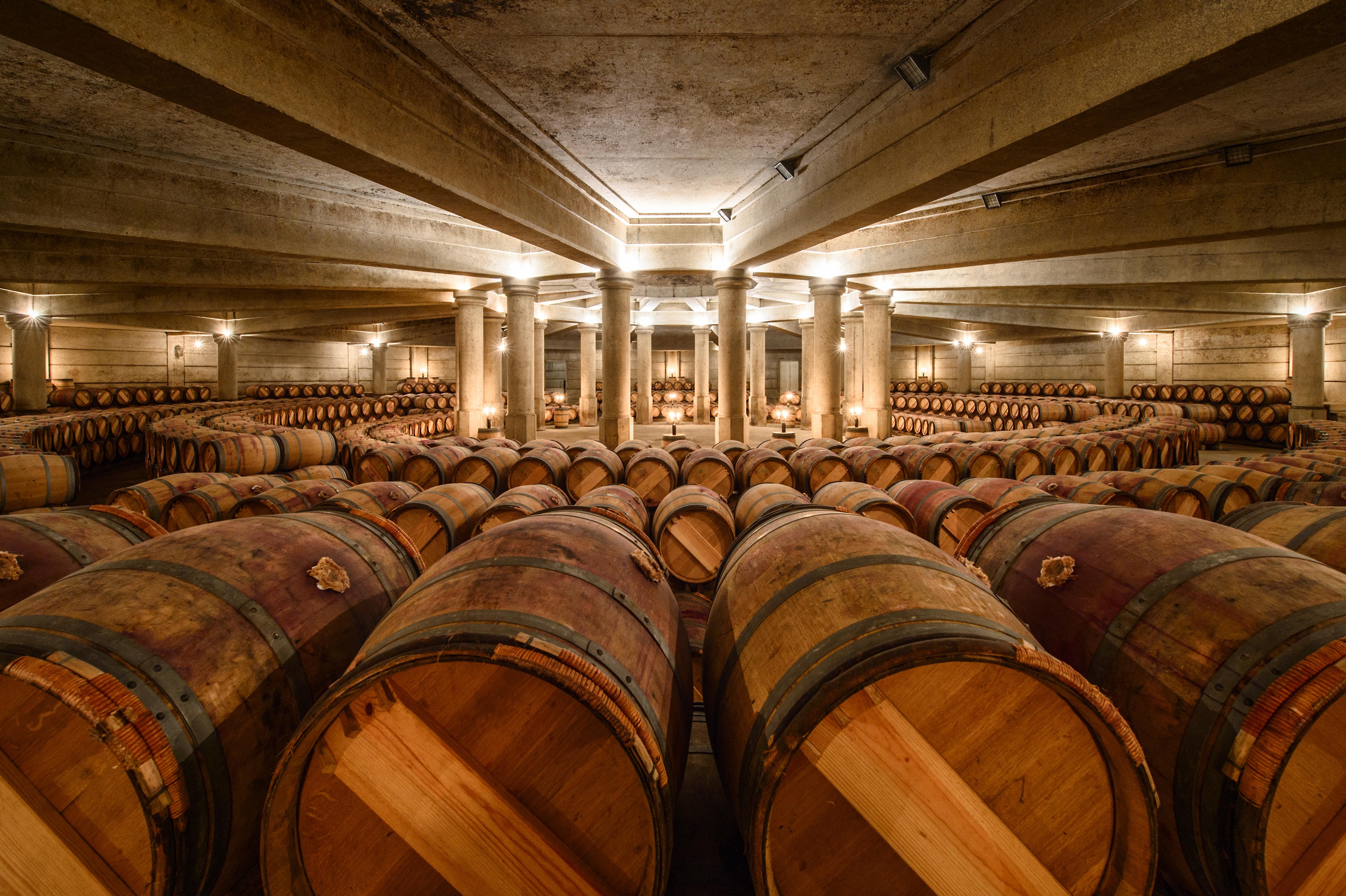 Na foto é possível visualizar tonéis de vinho. Com 50 rótulos da Domaine Barons de Rothschild disponíveis no Brasil, o objetivo do barão é expandir o canal de importação para atuar com comerciantes no país todos e não apenas no território paulistano.